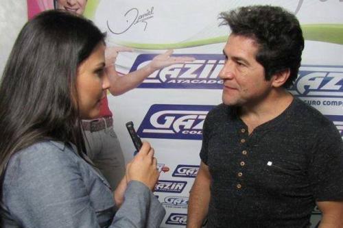 Na foto, Emanuelle Ribeiro, repórter da Inconfidentes de 2010 a 2015, e o cantor Daniel na Exposição de Resende Costa em 2013 .